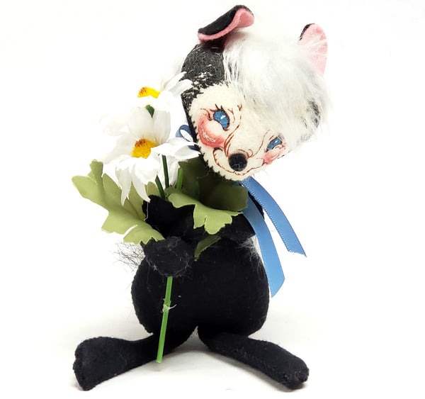 Annalee Spring Skunk w/ White Daisies - 1992 Collectible