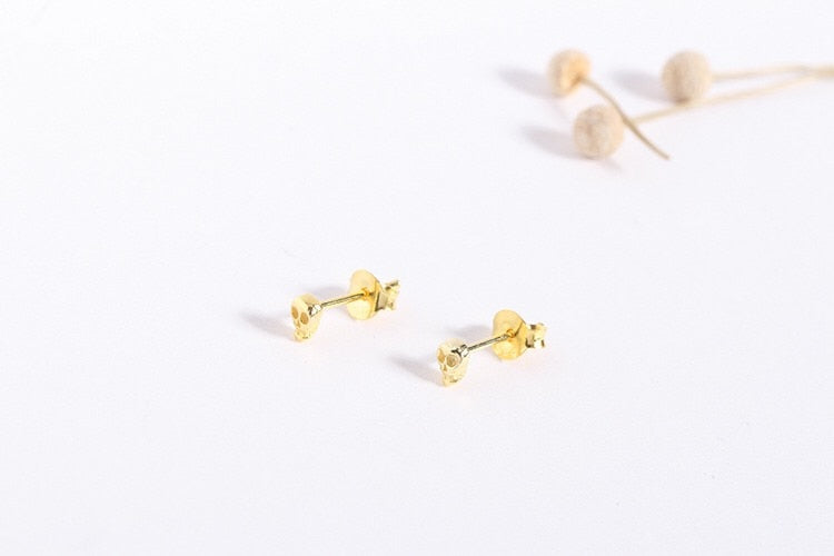 gold skull stud earrings side view
