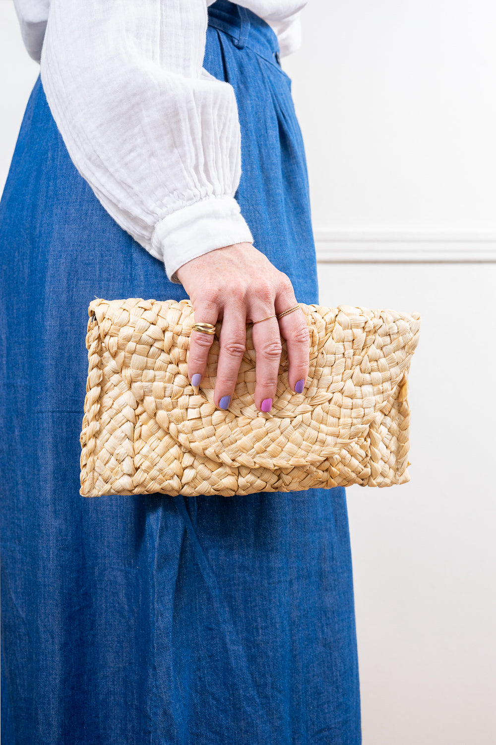 straw clutch purse in women's hand