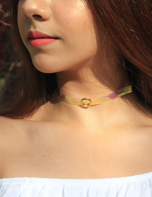 Holographic Multicoloured Choker with a Charm