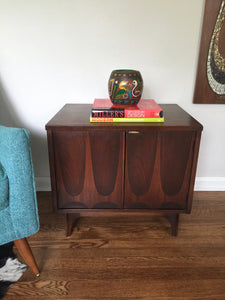 Vintage Mid Century Modern Broyhill Brasilia Side Table Cabinet Nightstand In Walnut