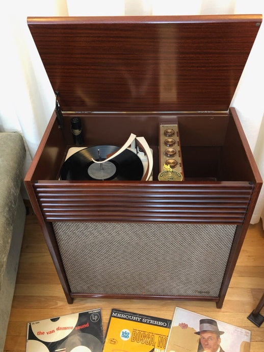 Vintage Mid Century Tube Amplified Magnavox Record Player With Voice Of Music Record Changer 1957