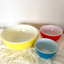 Load image into Gallery viewer, Vintage Pyrex Primary Bowl Set of 3