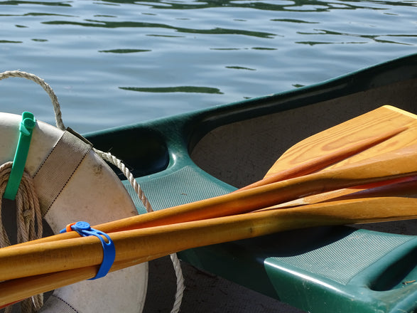 Canoe rowing oars secured with a Packband