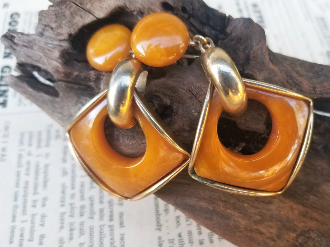 Marbled Butterscotch abstract Modernist brass and bakelite inlay vintage screw back drop earrings