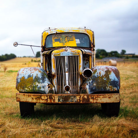 Yellow Vintage car in Grunge Style – Photo on Metal (Dibond)