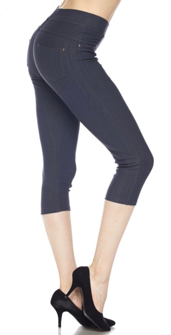 Jeggings in Capri Length in Charcoal
