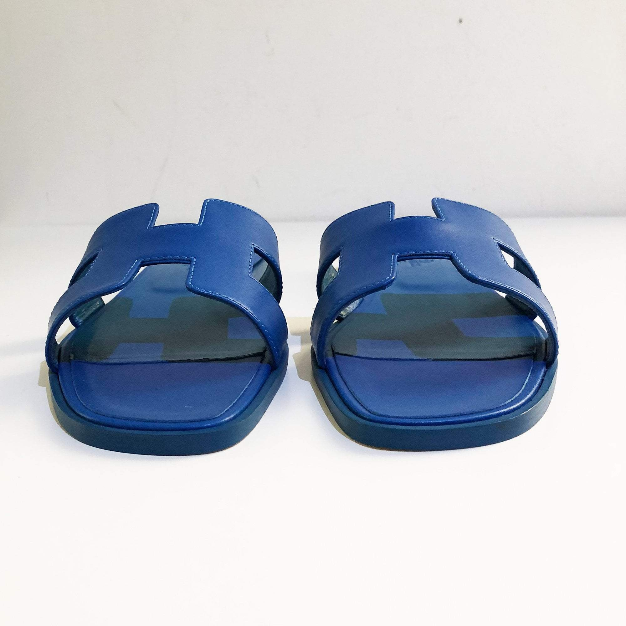22671b99bcc5 Hermes Blue Oran Leather Leather Slippers – Garderobe