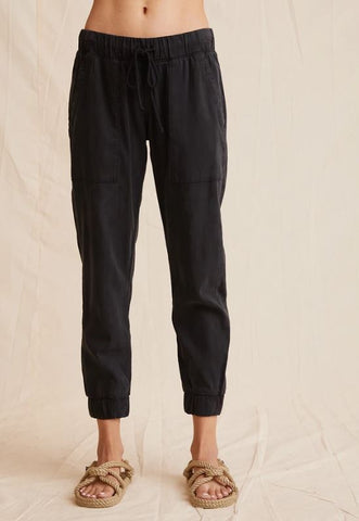 bella dahl pocket jogger in vintage black