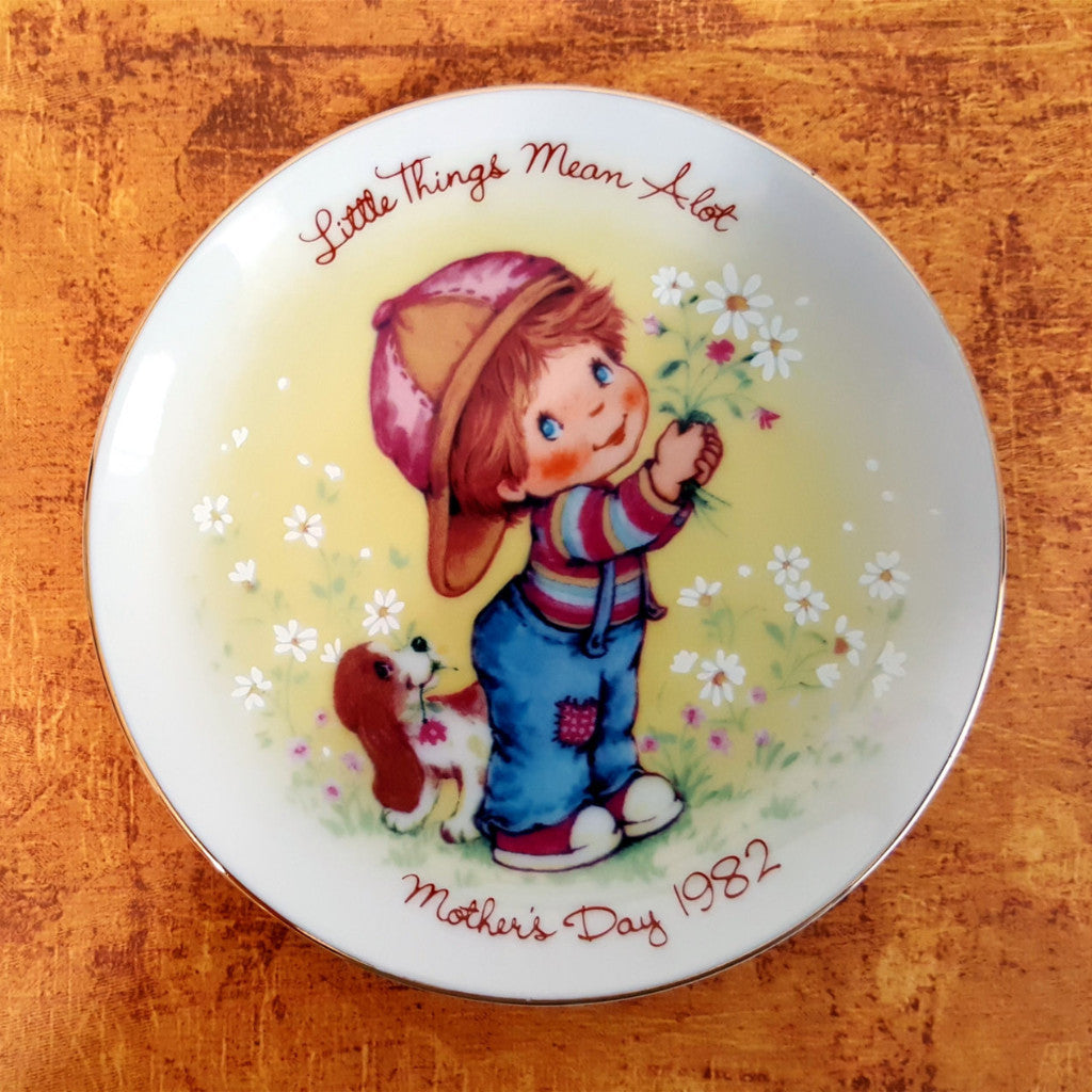 Mother's Day Plate 1982, Avon Plate, Vintage Mother's Day Plate, Little Things Mean A Lot, Bouquet of Daisies, Little Boy, Yellow, White - 2aEmporium