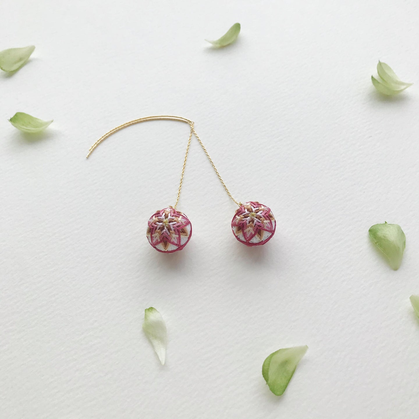Temari Mame-suzu Temari pierced earrings / earrings Chou shun ka (China rose ) white