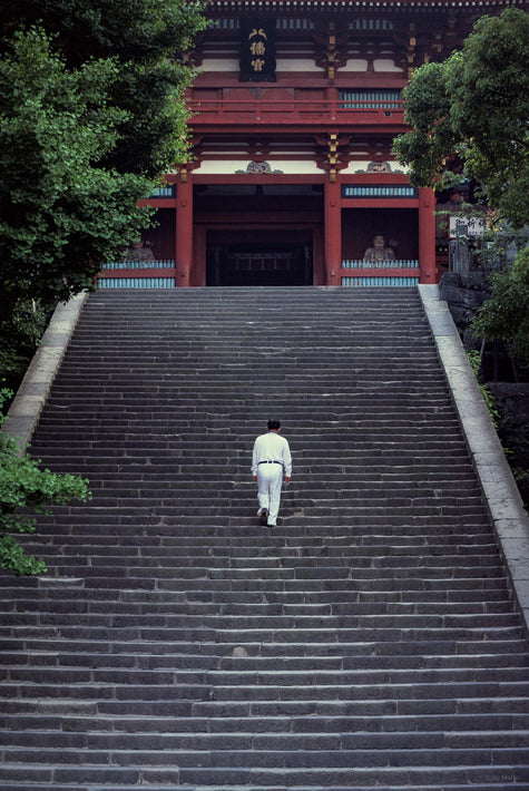 Man on Temple Steps, Kamakura