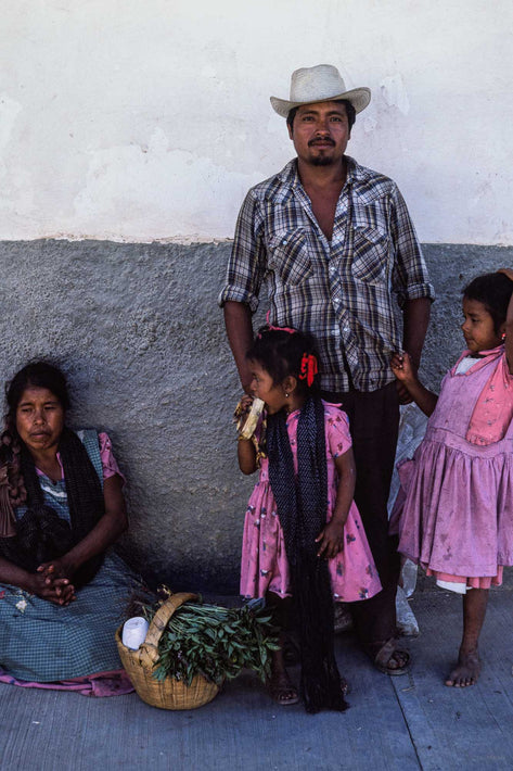 Family Against Wall, Oaxaca