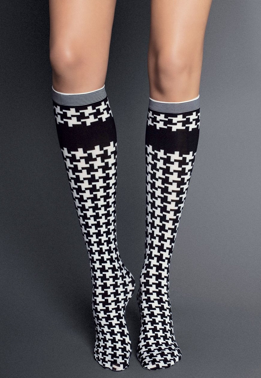 Felicita Houndstooth Patterned Knee-High Socks by Veneziana in Bianco-Nero