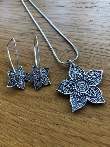 Beautiful Handmade Silver Henna Flower pendant and drop spinning earring set, spinning earrings, silver henna, Mehndi, earrings, spinning