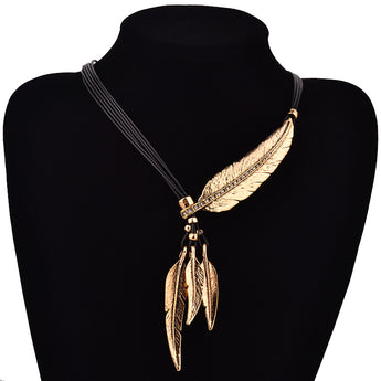 Necklace made of leather and attached feather and leaves - Adjustable