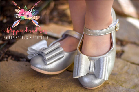 Pipperdoodles Silver Bow Shoes (READ DESCRIPTION)