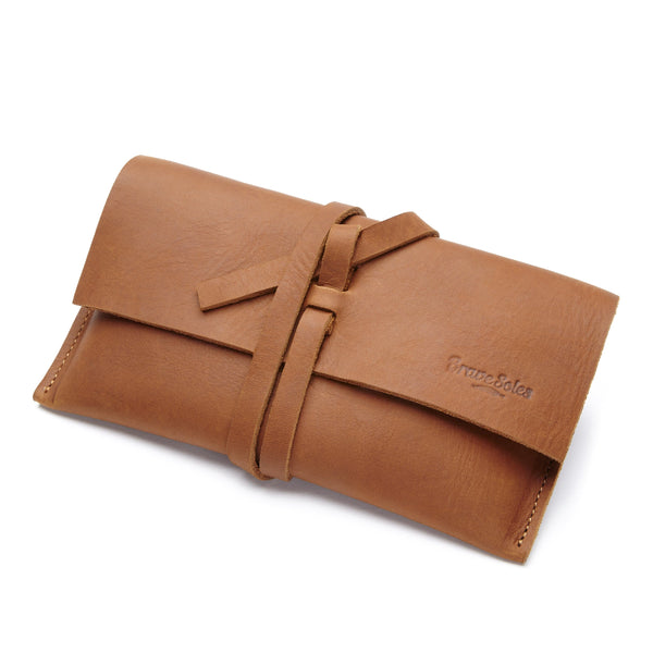 The Brave Soles Sandra leather pouch looks beautiful and is able to provide numerous functions.