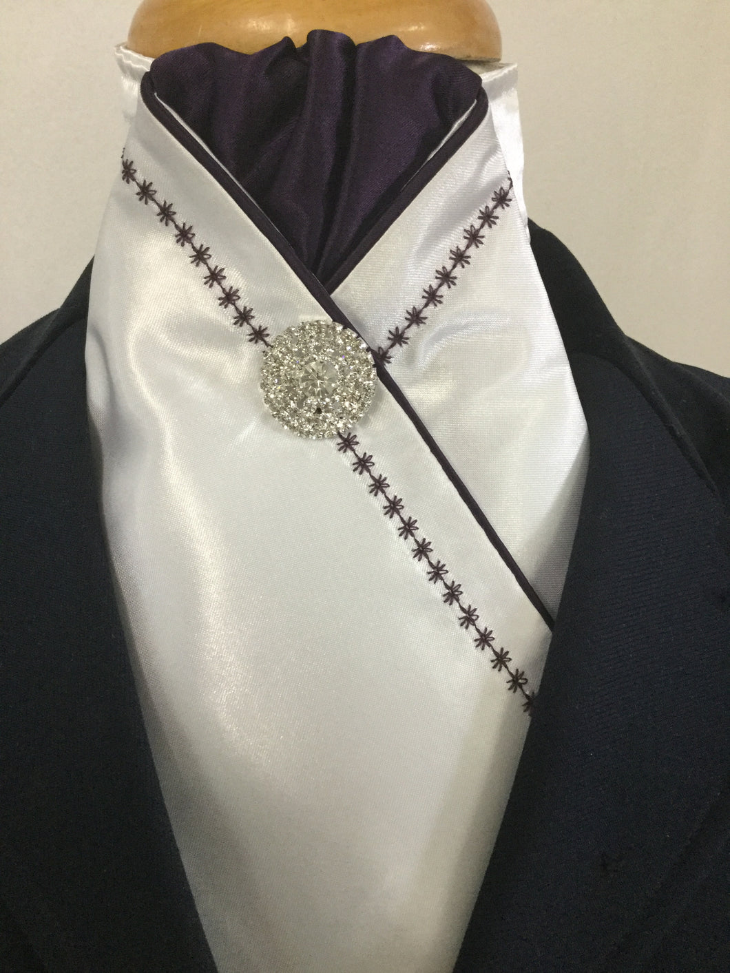 HHD White Satin Pretied  Stock Tie Embroidered in Navy