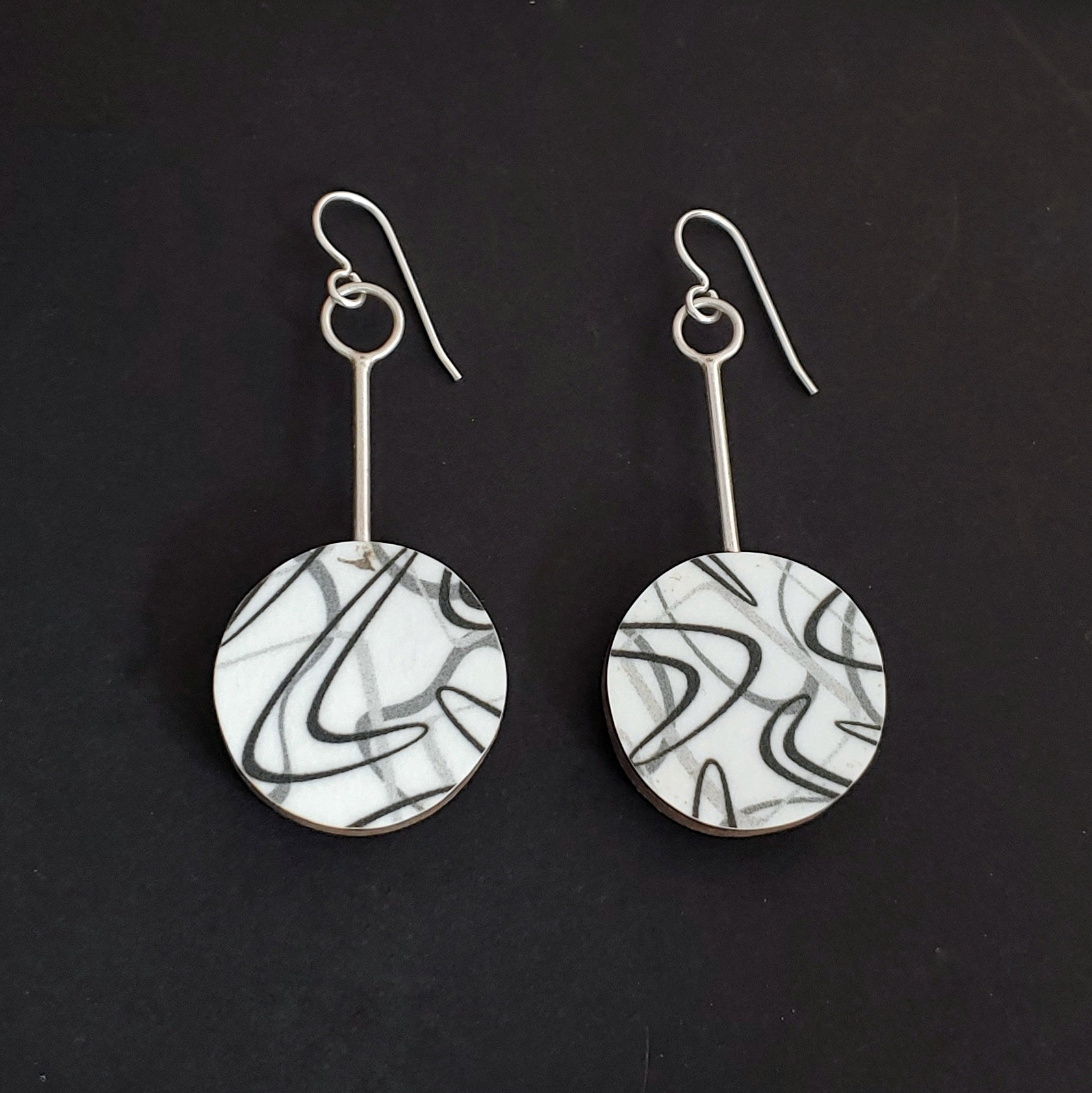 Boomerang Laminate Round Earrings - White/Black