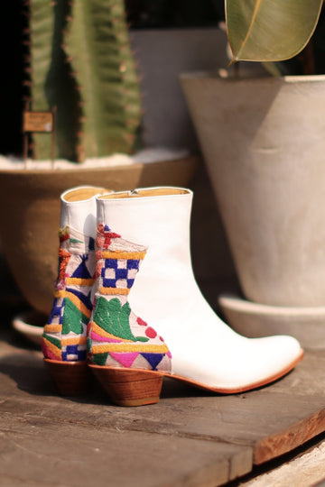 WHITE LEATHER / EMBROIDERED PATCHWORK DETAIL BOOTS DONNA MOMO NEW YORK