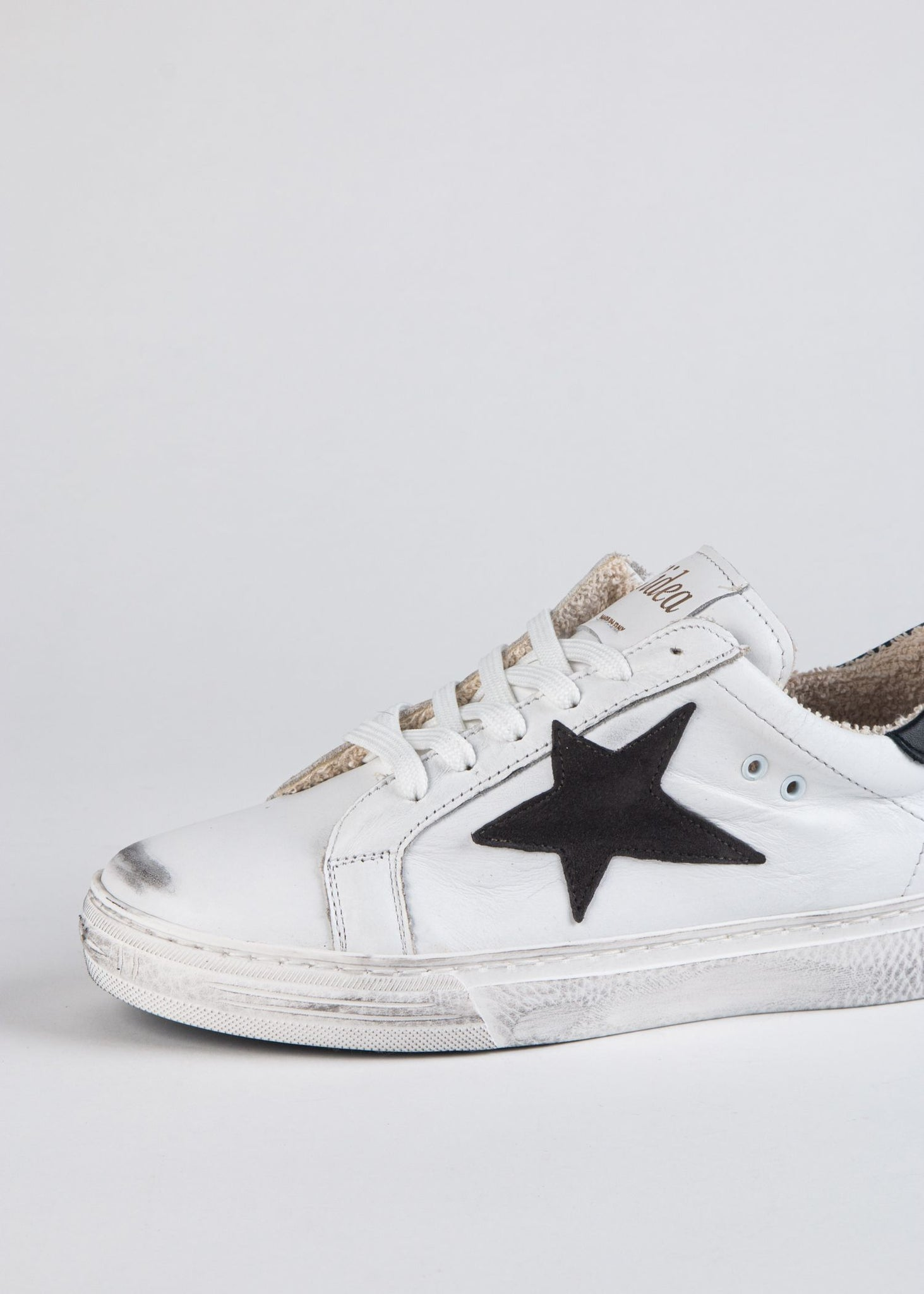 DISTRESSED STAR LEATHER SNEAKER