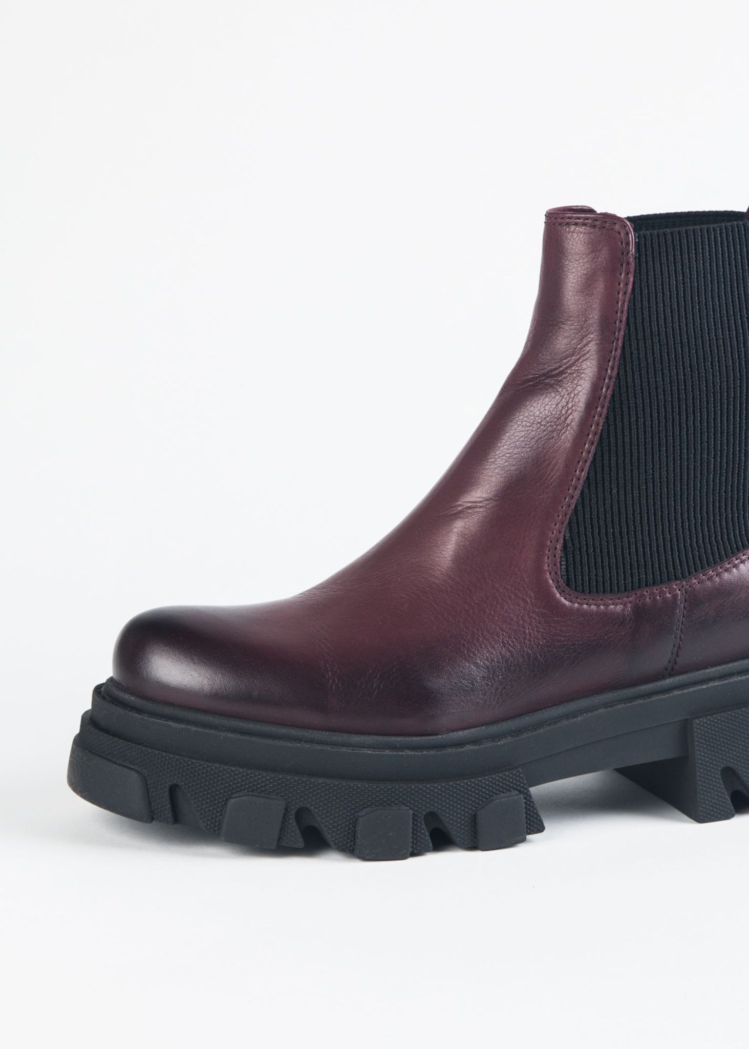 CHELSEA BOOT ON CHUNKY SOLE