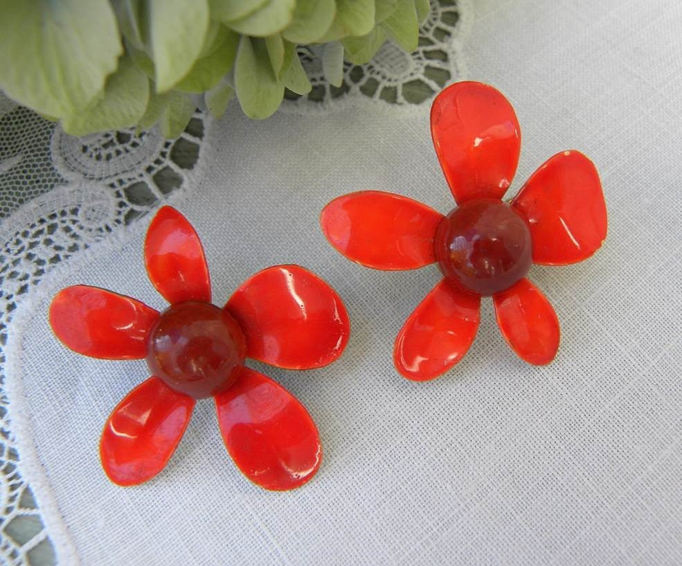 Vintage Retro Mod Enameled Red Daisy Earrings - The Pink Rose Cottage