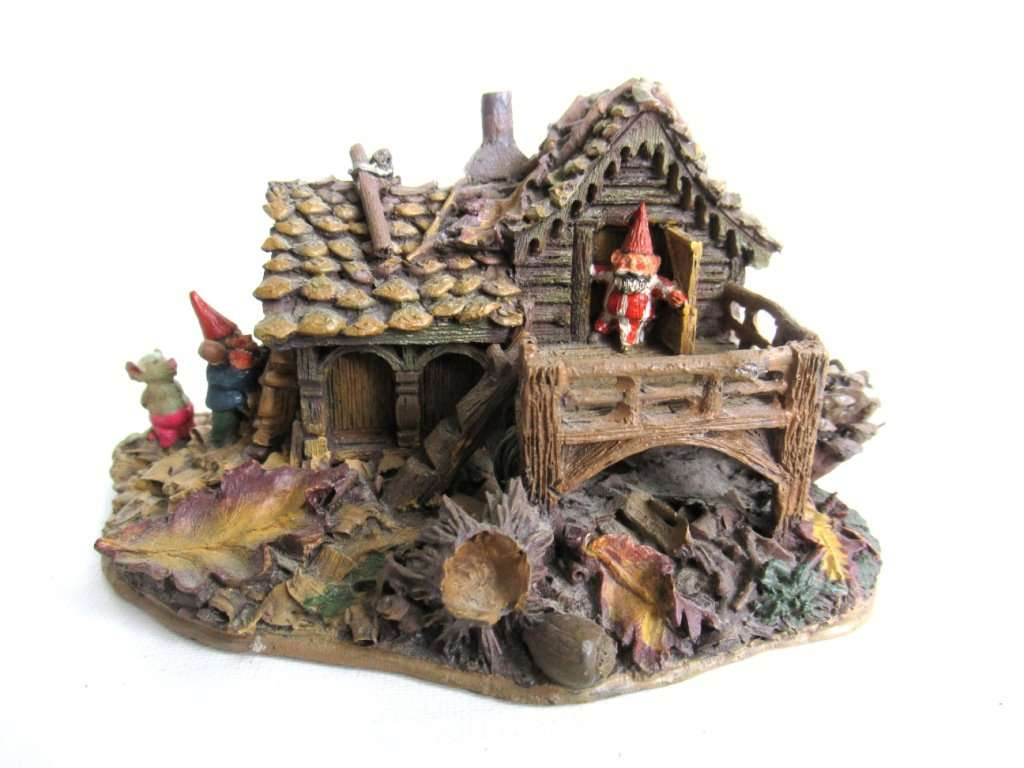 UpperDutch:Gnomes,Gnome figurine after a design by Rien Poortvliet Classic Gnomes Villages 'Gnome-house and mouse'.