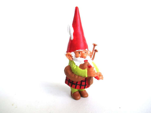 UpperDutch:Gnomes,Bagpipe playing gnome, David the Gnome figurine with kilt, Rien Poortvliet, Pocket gnome miniature scottish gnome.