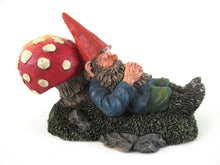 Gnome sleeping against a Mushroom. Rien Poortvliet Sleeping Gnome Figurine, David the Gnome. David el Gnomo