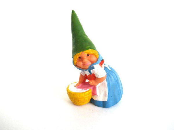 UpperDutch:Gnome,Gnome doing laundry figurine, Gnome after a design by Rien Poortvliet, Brb Gnome, Lisa the Gnome. Washing clothes.