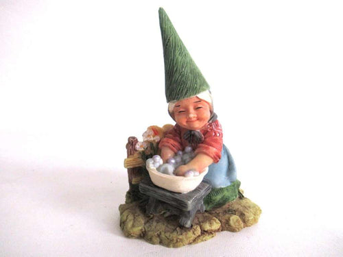 UpperDutch:Gnome,Gnome figurine doing the laundry.