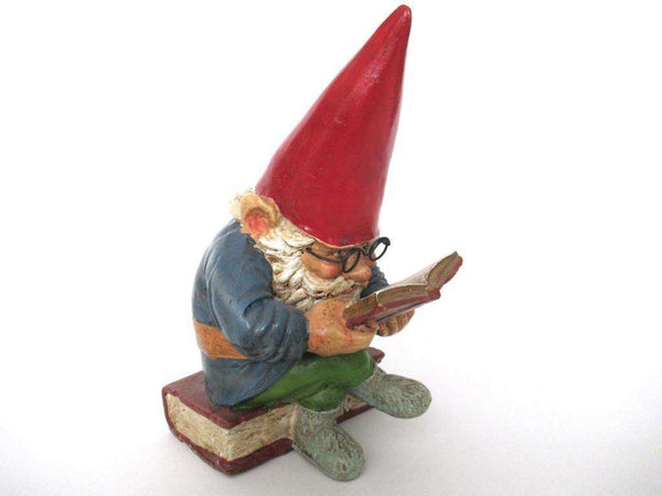 UpperDutch:Gnome,Gnome reading a book, David the Gnome, Design by Rien Poortvliet.
