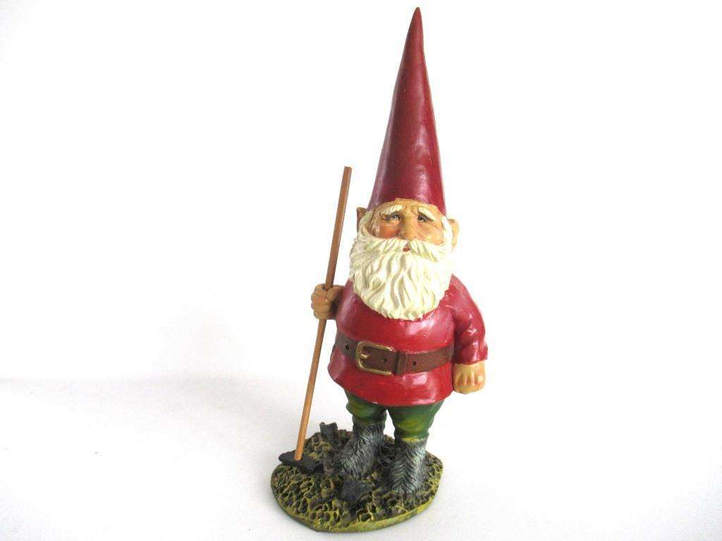 UpperDutch:Gnome,Gnome statue with broom after a design by Rien Poortvliet, David the Gnome.