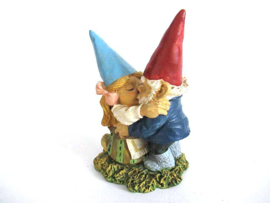 UpperDutch:Gnome,Kissing Gnome Couple. David The Gnome After A Design By  Rien
