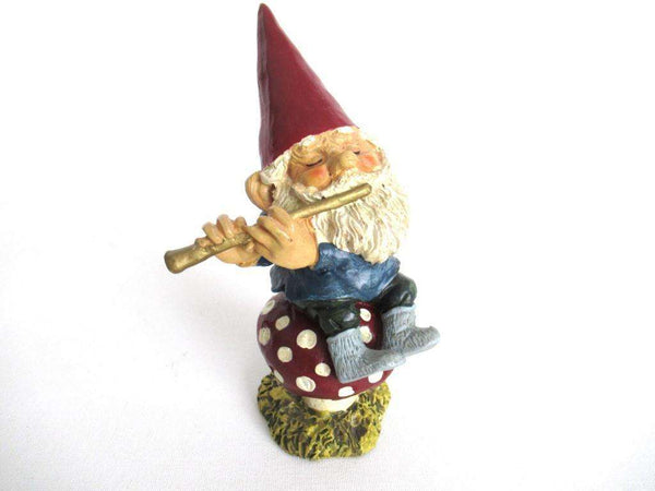 UpperDutch:Gnome,Rien Poortvliet Figurine, Klaus Wickl. Playing the flute on a mushroom, David the Gnome.