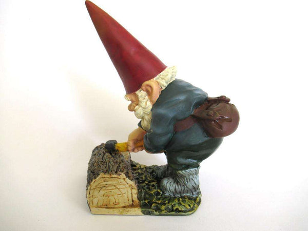 UpperDutch:Gnome,Rien Poortvliet Gnome with axe after a design by Rien Poortvliet, David the Gnome, Lumberjack.