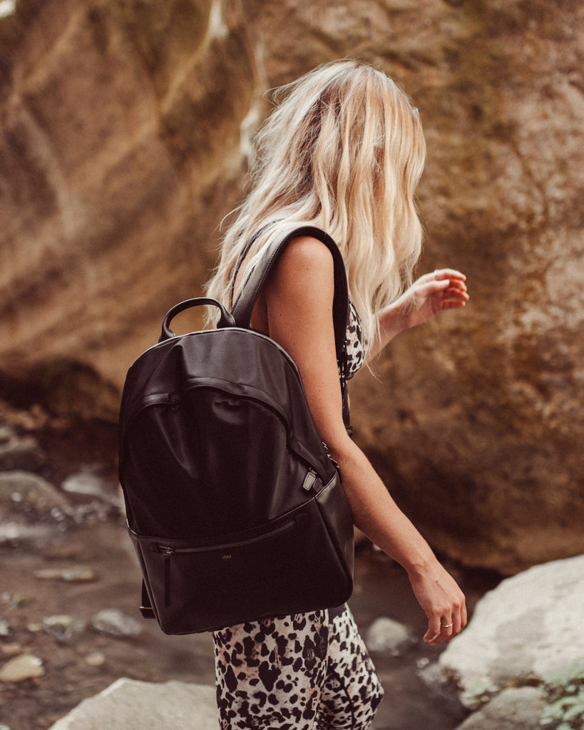 travel-blogger-whats-in-my-bag-ism-backpack
