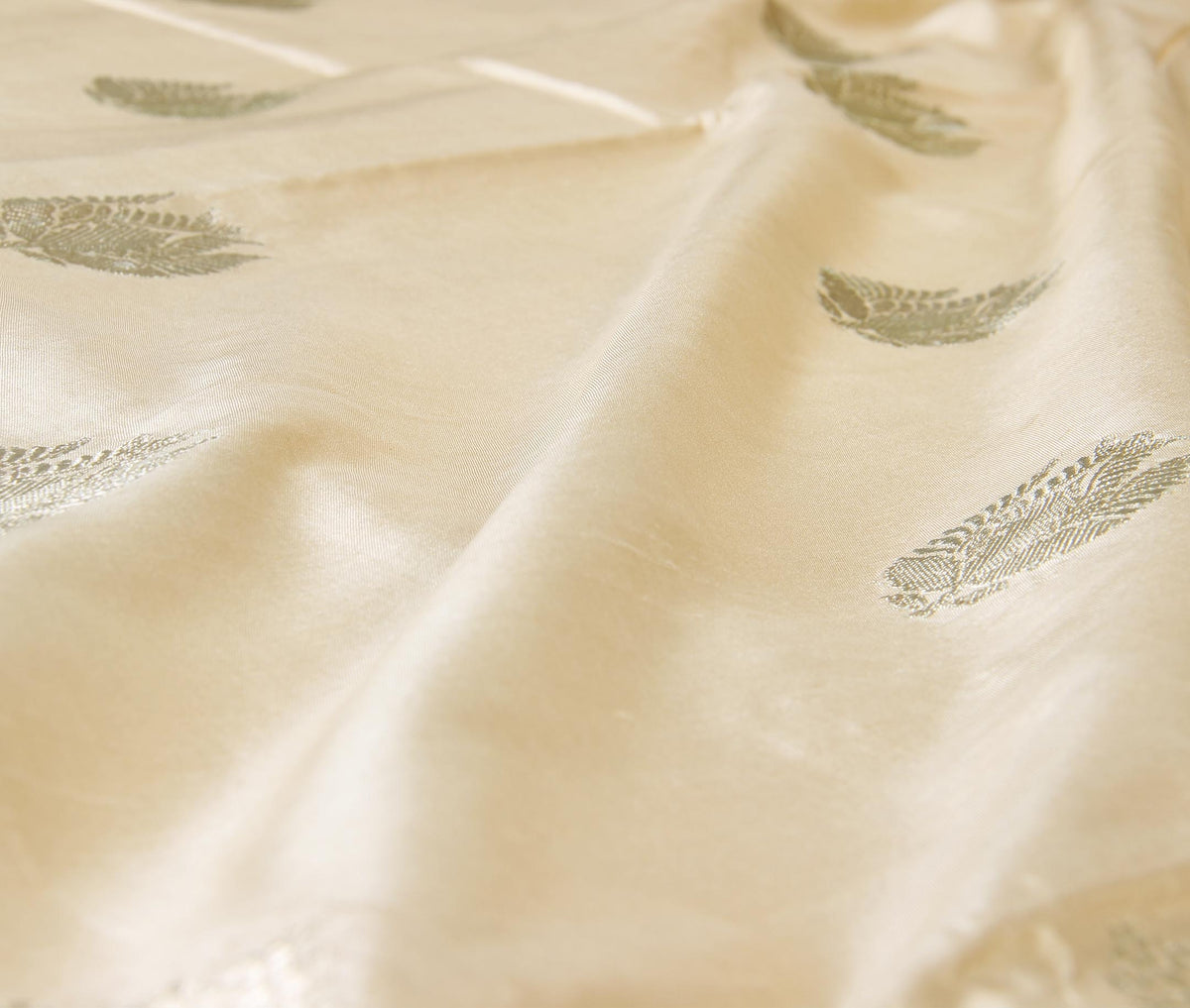 Cream Katan silk handwoven Banarasi saree with stylized boota (3) closeup