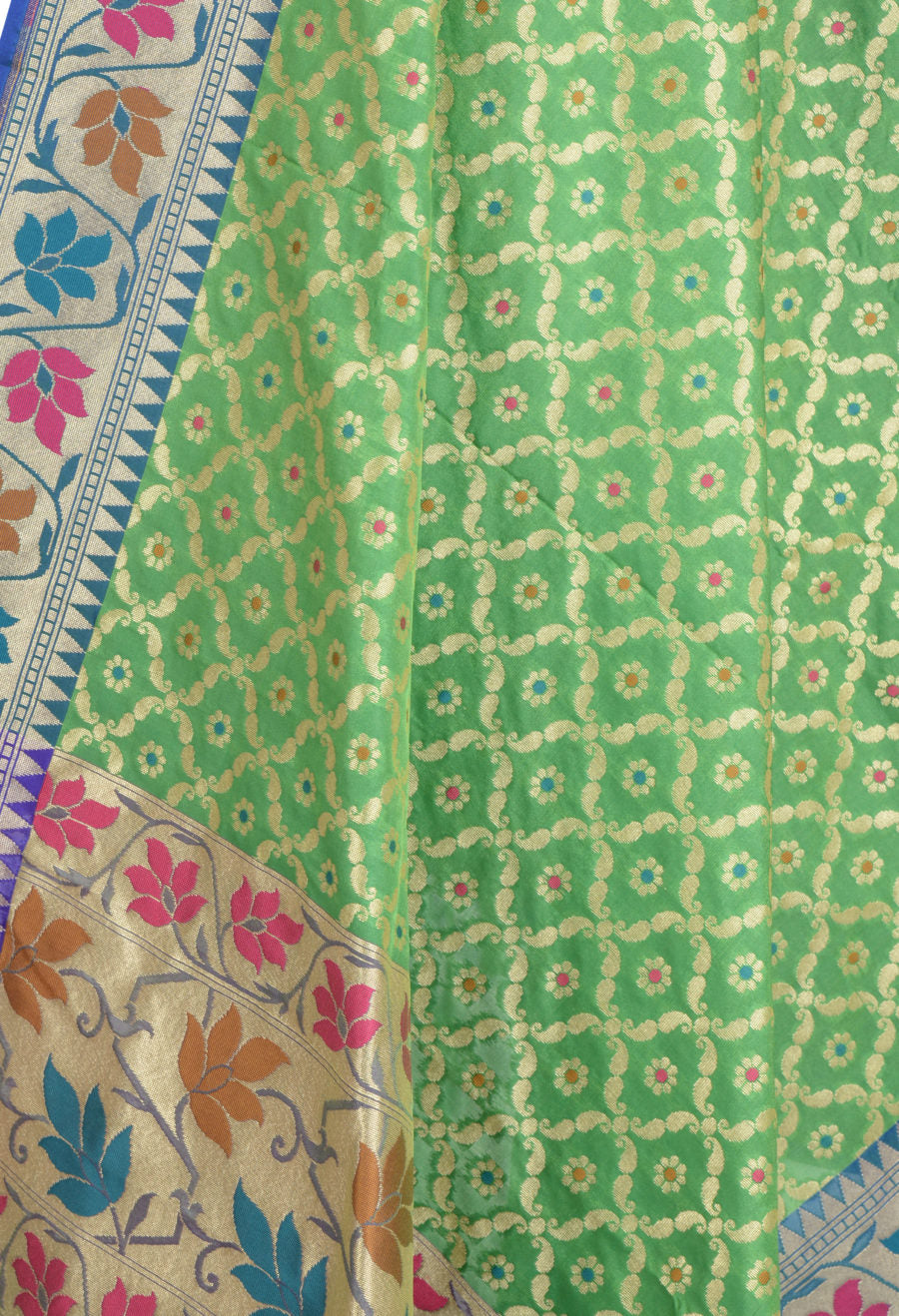 Green Banarasi Dupatta with leaf jaal and floral motifs (2) Closeup