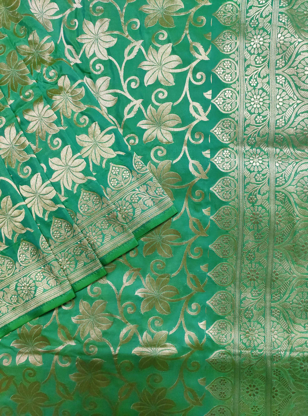 Green Katan silk Handloom Banarasi saree with flower jaal (2) Close up