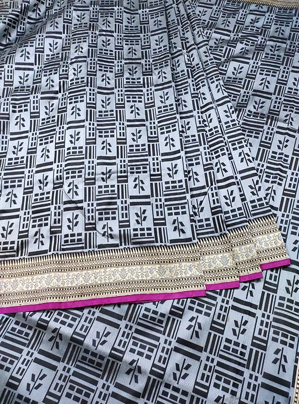 Grey Katan silk handloom tanchoi Banarasi saree with leaf inside box (3) CENTER