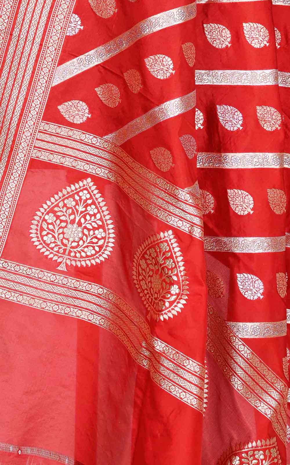 Red katan silk Banarasi dupatta with diagonal leaf boota (2) Close up