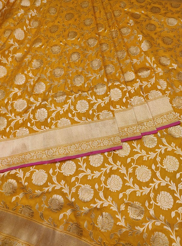 Yellow Katan silk handloom Banarasi saree with flower jaal (3) Center