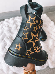 Botas de combate color negro con estrellas color dorado