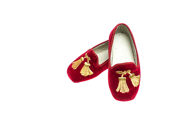 Maximilien, pair of loafers in red velvet with embroidered tassels in gold created by Line Loup