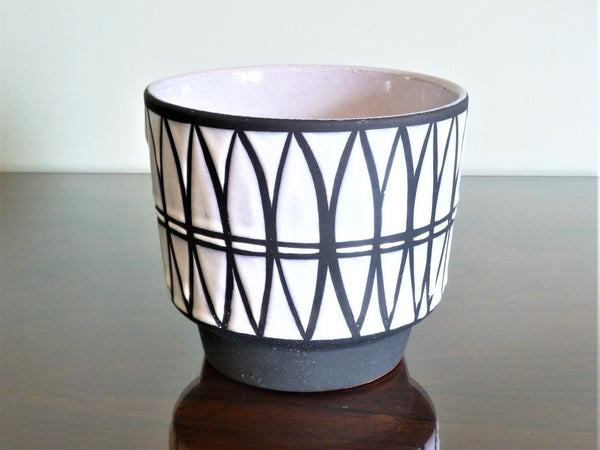 Marei planter, geometric white and black pattern