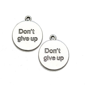 "Dije de lentejas de 21 mm ""Don't give up"" en tono plateado - 2 piezas de Halcraft Collection"