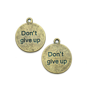 "Charm de lentejas ""Don't give up"" de latón bañado en pátina de 21 mm - 2 piezas de Halcraft Collection"